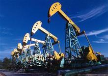 Нефтяные вышки на северо-востоке Китая, 29 июня 2005 года. Фьючерсы на нефть Brent превысили $122 за баррель в среду, после того как Китай сообщил, что повысит импорт энергоносителей в этом году, тогда как опасения по поводу срыва поставок и ядерной программы Ирана сохраняются. REUTERS/China Newsphoto