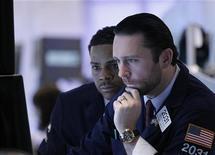 Трейдеры следят на ходом торгов на бирже в Нью-Йорке, 28 февраля 2012 года. Индекс Dow рухнул более чем на 200 пунктов во вторник на фоне возобновившихся страхов о беспорядочном дефолте Греции и опасениях, что замедление в Китае повредит мировому росту. REUTERS/Brendan McDermid