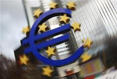 Логитип единой европейской валюты около здания ЕЦБ во Франкфурте-на-Майне, 24 января 2012 года. Коллапс потребительских расходов, экспорта и производства высосал жизнь из экономики еврозоны в последние месяцы 2011 года, сообщил Евросоюз во вторник, указав, что спад такого масштаба легко может превратиться в полноценную рецессию. REUTERS/Lmar Niazman