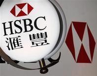 Логотип банковской группы HSBC около здания офиса в Гонконге, 27 февраля 2012 года. Крупнейшая банковская группа Европы HSBC договорилась о продаже бизнеса общего страхования в Азии и Латинской Америке французской AXA Group и австралийской QBE Insurance Group за $914 миллионов. REUTERS/Bobby Yip