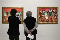 """Visitors look at two paintings, """"Seville Still Life"""" (L) and """"Spanish Still Life"""", by French painter Henri Matisse, who lived from 1869 to 1964, during the press presentation of the exhibition """"Matisse, Paires and Series"""" at the Centre Pompidou modern art museum in Paris March 5, 2012. The exhibition will run from March 7 to June 18, 2012. REUTERS/Gonzalo Fuentes"""