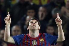 Lionel Messi, do Barcelona, comemora após gol contra o Bayer Leverkusen durante as quartas de final  da Liga dos Campeões, no estádio Nou Camp, em Barcelona. 07/03/2012  REUTERS/Gustau Nacarino