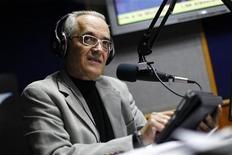 """<p>El reportero veterano y columnista Nelson Bocaranda durante la emisión de su programa de radio en Caracas, mar 7 2012. Tildado de """"mentiroso"""" y """"payaso"""" por los aliados del presidente Hugo Chávez, un periodista de anteojos de 66 años ha desafiado el oprobio oficial para convertirse en una lectura obligada para cualquiera que siga la historia del cáncer que aqueja al líder venezolano. REUTERS/Jorge Silva</p>"""