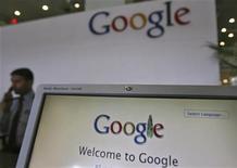 <p>Foto de archivo de las ofocinas de Google en Hyderabad, India, feb 6 2012. Google ha estado presionando a los desarrolladores de aplicaciones y juegos móviles para que usen su servicio de pago, Google Wallet, más costoso, en un momento en el que el gigante de las búsquedas por Internet intenta emular el éxito financiero de la plataforma iOS de Apple. REUTERS/Krishnendu Halder</p>