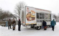 Жители поселка под Минском стоят около передвижного магазина, 22 февраля 2011 года. Потребительские цены в Белоруссии в феврале текущего года прибавили 1,5 процента по сравнению с ростом на 1,9 процента в январе, сообщил Белстат предварительные данные. REUTERS/Vasily Fedosenko