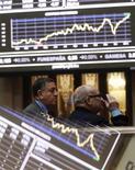 Трейдеры следят за ходом торгов на бирже в Мадриде, 16 января 2012 года. Испания готова твердо следовать бюджетным ориентирам, согласованным с Европейским союзом, сказал министр экономики страны Луис Де Гиндос в воскресном интервью местной газете ABC накануне саммита Еврогруппы. REUTERS/Andrea Comas