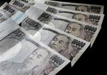 <p>Le yen est toujours surévalué malgré sa forte baisse récente après un pic face au dollar américain, a déclaré lundi le Premier ministre japonais, tandis que le ministre des Finances a renouvelé sa mise en garde contre tout mouvement spéculatif sur le marché des changes. /Photo d'archives/REUTERS/Yuriko Nakao</p>