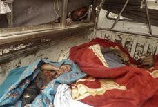 Афганец стоит около тел мирных жителей, погибших в провинции Кандагар, 11 марта 2012 года. Военные США расстреляли в афганской провинции Кандагар до 16 мирных жителей, в том числе 9 детей, и этот инцидент может еще больше ухудшить отношения между Вашингтоном и Кабулом, натянутые после сожжения Корана американскими солдатами в прошлом месяце. REUTERS/Ahmad Nadeem