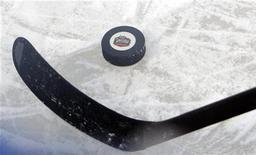 """Шайба на льду в Фенвэй-парке в Бостоне 31 декабря 2009 года. """"Финиксу"""" удалось в понедельник отыграть две шайбы в домашнем поединке против """"Нэшвилла"""", однако победу в серии буллитов в матче двух команд, продолжающих борьбу за попадание в плей-офф Кубка Стэнли от Западной конференции, все-таки одержали гости. REUTERS/Brian Snyder"""