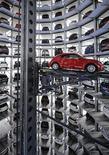 """Автомобили Volkswagen в """"башне"""" для хранения новых автомобилей в Вольфсбурге, 12 марта 2012 г. Подразделение компании Volkswagen Audi ведет переговоры о покупке итальянского производителя мотоциклов Ducati, сообщили Рейтер источники, знакомые с ситуацией. REUTERS/Fabian Bimmer"""