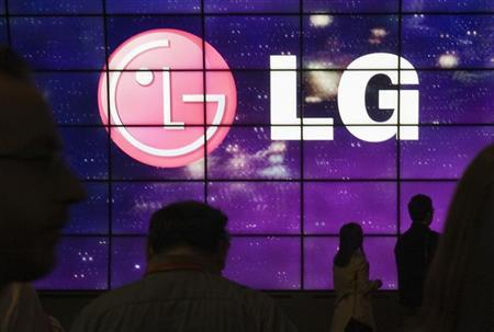 Showgoers walk past a display at the LG Electronics booth during the 2012 International Consumer Electronics Show (CES) in Las Vegas, Nevada, January 12, 2012. REUTERS/Steve Marcus