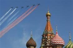 Военнные самолеты летят над Собором Василия Блаженного во время военного парада в Москве, 9 мая 2010 г. Возвращающийся в Кремль Владимир Путин даровал россиянам четыре выходных дня в мае 2012 года, на один из которых назначена его инаугурация. REUTERS/Mikhail Voskresenskiy