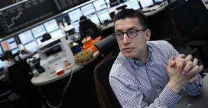 Трейдер работает в торговом зале Франкфуртской фондовой биржи, 8 марта 2012 года. Европейские рынки акций закрылись в четверг на максимуме 33 недель благодаря новым сигналам об улучшении американской экономики. REUTERS/Alex Domanski