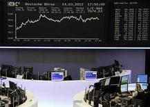 Трейдеры работают в зале Франкфуртской фондовой биржи, 14 марта 2012 г. Европейские рынки акций открылись с незначительными изменениями в пятницу, консолидируясь около восьмимесячных максимумов, достигнутых благодаря позитивным экономическим данным, особенно из США и Германии. REUTERS/Cyril Iordansky