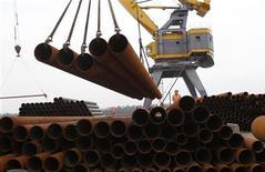 Рабочие выгружают трубы в Хайфоне, 14 марта 2012 г. Рост чистой прибыли одного из крупнейших в мире производителей труб - Трубной металлургической компании - в октябре-декабре 2011 года заметно превзошел прогноз благодаря снижению цен на сырье. REUTERS/Nguyen Huy Kham