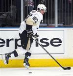 """Сидни Кросби во время матча НХЛ в Нью-Йорке, 15 марта 2012 г. На этот раз он не сумел отметиться голом, но вряд ли это кого-то волнует - Сидни Кросби вновь вернулся в строй после травмы, а его """"Питсбург"""" в гостях обыграл """"Нью-Йорк Рейнджерс"""" 5-2. REUTERS/Ray Stubblebine"""