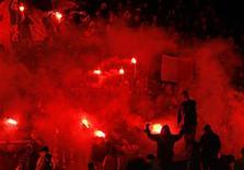 """Сектор с болельщиками """"Лиона"""" во время матча чемпионата Франции против """"Страсбурга"""" 2 декабря 2007 года. REUTERS/Robert Pratta"""