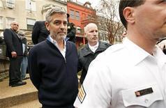 George Clooney é preso por desobediência civil após protestar na embaixada do Sudão em Washington. Clooney protestava contra o bloqueio do país à ajuda humanitária. 16/03/2012    REUTERS/Kevin Lamarque