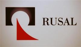 Логотип Русала на пресс-конференции в Гонконге 11 января 2010 года. Крупнейший в мире производитель алюминия Русал сообщил в понедельник о падении прибыли на 92 процента в 2011 году из-за снижения цен на металл на фоне высокого предложения и низкого спроса, а также обесценения доли Русала в Норильском Никеле. REUTERS/Bobby Yip