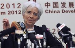 Глава МВФ Кристин Лагард на пресс-конференции в Пекине, 18 марта 2012 г. Мировая экономика уже не находится на грани краха, а еврозона и США сигнализируют о стабилизации, но высокие уровни задолженности на развитых рынках и растущие цены на нефть все еще представляют угрозу, заявил в воскресенье Международный валютный фонд. REUTERS/China Daily China Daily Information Corp - CDIC