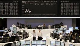 Трейдеры работают в зале Франкфуртской фондовой биржи, 16 марта 2012 г. Европейские акции снижаются с восьмимесячного максимума, достигнутого на прошлой неделе, так как инвесторы ждут новых признаков улучшения экономического состояния Европы и США. REUTERS/Sonya Schoenberger