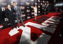 """Integrantes do elenco Jonah Hill (E) and Channing Tatum (segundo à esquerda) posam na entreia  de """"Anjos da Lei"""" no teatro chinês Grauman, em Hollywood. 13/03/2012  REUTERS/Mario Anzuoni"""