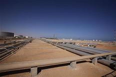 Оборудование на нефтеперерабатывающем заводе в 660 километрах к западу от Триполи, 5 ноября 2011 года. Экспорт нефти из Ливии вернется к довоенному уровню в апреле, опередив даже самые оптимистичные прогнозы, сообщил топ-менеджер государственной нефтяной компании National Oil Corp (NOC). REUTERS/Youssef Boudlal