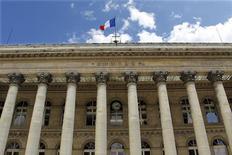 <p>Les Bourses européennes ont ouvert en baisse mardi, poursuivant leur repli modeste entamé lundi, tout en restant proches du pic de huit mois atteint en fin de semaine dernière. À Paris, le CAC 40 reculait de 0,41% dans les premiers échanges, cependant qu'à Francfort, le Dax perdait 0,5% et qu'à Londres, le FTSE cédait 0,5%. /Photo d'archives/REUTERS/Charles Platiau</p>