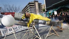 Демонстранты вокруг муляжа северокорейской ракеты с портретом Ким Чен Ыны в ходе акции протеста в Сеуле 20 марта 2012. Китай выразил озабоченность планами союзника, Северной Кореи, вновь запустить ракету, приурочив к столетнему юбилею основателя КНДР Ким Ир Сена в апреле. REUTERS/Kim Hong-Ji