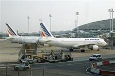 <p>Air France, qui cherche à se restructurer pour améliorer sa productivité, a conclu un accord avec les syndicats afin d'entamer les négociations sur la refonte des accords sociaux. /Photo d'archives/REUTERS/Benoît Tessier</p>