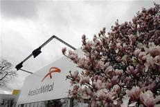 <p>Correction. Bien lire qu'ArcelorMittal ferme indéfiniment un four à arc voltaïque. ArcelorMittal a annoncé mardi qu'il prolongeait indéfiniment la fermeture du four à arc voltaïque de son site luxembourgeois de Schifflange, qui compte 282 salariés, une décision que le n°1 mondial de la sidérurgie explique par la morosité du marché de la construction en Europe occidentale. /Photo d'archives/REUTERS/Sebastien Pirlet</p>
