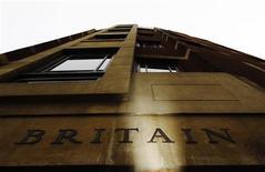 """Надпись """"Британия"""" на одном из зданий в лондонском Сити 14 февраля 2012 года. Пока неясно, достигнет ли правительство Великобритании своих бюджетных целей в течение пяти лет, но оно сократит долговое бремя и сохранит высший кредитный рейтинг, показали результаты опроса, проведенного Рейтер. REUTERS/Luke MacGregor"""