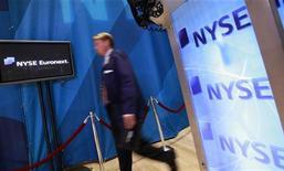 Трейдер на Нью-йоркской фондовой бирже 14 марта 2012 года. Предупреждение о росте в Китае вызвало распродажу энергетических и промышленных акций на Уолл- стрит во вторник, но общие потери рынка были ограничены, свидетельствуя о жизнестойкости американских акций. REUTERS/Brendan McDermid