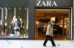<p>Le groupe textile espagnol Inditex, qui possède notamment la marque Zara, a dégagé un bénéfice net de 1,9 milliard d'euros en 2011, un chiffre conforme au consensus Reuters établi à partir des estimations de 11 analystes. /Photo d'archives/REUTERS/Ints Kalnins</p>
