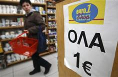 Магазин товаров стоимостью 1 евро в Афинах 8 декабря 2011 года. Греция выставит акции двух крупных торгуемых компаний - букмекерской монополии OPAP и нефтепереработчика Hellenic Petroleum - на продажу к маю, чтобы поддержать отложенный план приватизации и сократить задолженность, сообщил Рейтер представитель правительства, ответственный за приватизацию. REUTERS/Yiorgos Karahalis