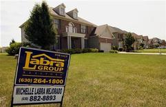 A house sits for sale in North Aurora, Illinois July 24, 2008. U.S. existing home sales fell more sharply than forecast in June and dragged the annual sales pace to a 10-year low, the National Association of Realtors said on Thursday. Home resales fell 2.6 percent from May to a 4.86 million-unit annual rate. REUTERS/Jeff Haynes