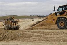 <p>Travaux de terrassement sur le chantier du futur canal Seine-Nord Europe, près d'Amiens. /Photo prise le 5 avril 2011/REUTERS/Pascal Rossignol</p>