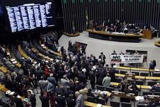 Membros do partido de oposição ao governo da Presidente Dilma protestam contra a aprovação da Lei Geral da Copa do Mundo na Câmara dos Deputados em Brasília, 21 de março de 2012. REUTERS/Uéslei Marcelino