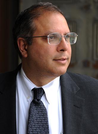 アニール・カシャップ氏は、シカゴ大学ビジネススクール教授。ニューヨーク連銀の経済諮問委員会の委員のほか、シカゴ連銀の顧問も務める。米連邦準備理事会(FRB)のスタッフ・エコノミストなどを経て、1991年よりシカゴ大学で教鞭をとる。全米経済研究所(NBER)の日本経済ワーキンググループの共同幹事でもある。