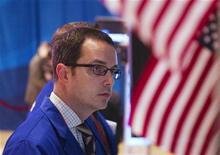 Трейдер следит за торгами на бирже в Нью-Йорке, 21 марта 2012 года. Уолл-стрит снизилась в среду, показав небольшую коррекцию по ходу восходящего тренда на фоне выхода данных о продажах вторичного жилья в США, не оправдавших ожиданий. REUTERS/Lucas Jackson
