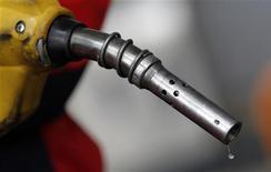 Газовый пистолет на заправке в Сеуле, 6 апреля 2011 года. Нефть дешевеет в четверг утром, а сорт Brent торгуется по $123,5 за баррель, так как слабые данные о промышленном выпуске Китая породили опасения о более низком спросе на сырье со стороны второго по величине потребителя нефти в мире. REUTERS/Lee Jae-Won