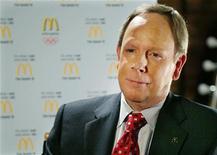 Глава McDonald's Джим Скиннер общается с журналистами в Нью-Йорке, 8 марта 2005 года. Генеральный директор McDonald's Corp Джим Скиннер уходит на пенсию после 7 лет на своем посту и 41 года в компании. REUTERS/Jeff Christensen