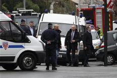 Министр внутренних дел Франции Клод Геан (справа) около места осады дома в Тулузе, 22 марта 2012 года. Французская полиция не может понять, жив ли 24-летний подозреваемый в убийстве семи человек, поскольку с вечера среды он не подает признаков жизни из осажденного дома на юге Франции, сообщил в четверг министр внутренних дел Франции Клод Геан. REUTERS/Jean-Paul Pelissier