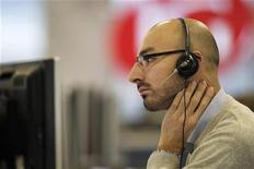 Трейдер следит за ходом торгов в Лондоне, 9 декабря 2011 года. Европейские рынки акций снижаются четвертый день подряд из-за слабых экономических показателей Китая и Германии. REUTERS/Finbarr O'Reilly