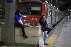 Пассажиры ждут на вокзале в Россио в преддверии всеобщей забастовки в Лиссабоне 21 марта 2012. Португальцы остановили поезда, закрыли порты и обездвижили большую часть общественного транспорта в Лиссабоне в четверг, протестуя против мер жесткой экономии и реформ рынка труда, ставших условием предоставления стране финансовой помощи в размере 78 миллиардов евро ($103 миллиарда). REUTERS/Rafael Marchante