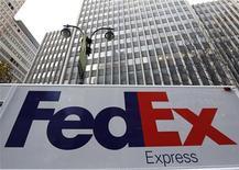 Грузовик FedEx около здания в Нью-Йорке, 16 декабря 2010 года. FedEx Corp сообщила о росте квартальной прибыли благодаря улучшению маржи и рекордным объемам спроса на доставку товаров в период рождественских праздников. REUTERS/Mike Segar