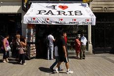 <p>Boutique de souvenirs sur les Champs-Elysées, à Paris. Le tourisme asiatique a confirmé en 2011 sa domination dans le shopping réalisé en France par la clientèle étrangère, selon une étude publiée jeudi par Global Blue, leader mondial de la détaxe. Les dépenses des touristes étrangers en France ont augmenté de 26% l'an dernier, dans un marché estimé à 3,8 milliards d'euros. /Photo d'archives/REUTERS/Benoît Tessier</p>