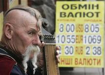Музыкант в образе запорожского казака играет на бандуре в центре Киева 13 апреля 2009. Рост валового внутреннего продукта Украины в январе-феврале 2012 года замедлился до примерно 2,0 процента в годовом выражении с 6,5 за первые два месяца прошлого года, сообщил предварительную оценку Национальный банк, объяснив динамику неблагоприятной для экспорта конъюнктурой. REUTERS/Konstantin Chernichkin