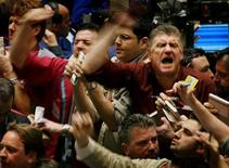 Traders work in the Crude Oil trading pit at the New York Mercantile Exchange in New York, February 22, 2005. REUTERS/Mike Segar