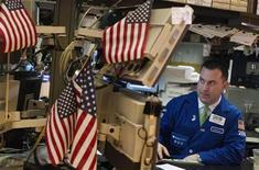 Трейдер следит за ходом торгов на бирже в Нью-Йорке, 21 марта 2012 года. Уолл-стрит снизилась в четверг после появления данных, свидетельствующих о спаде промышленного производства в еврозоне и Китае. REUTERS/Lucas Jackson
